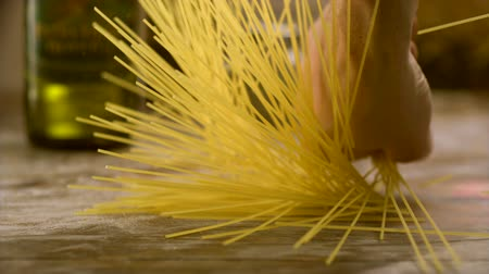 avondmaal : Breaking spaghetti op tafel schieten met high speed camera, phantom flex. Stockvideo