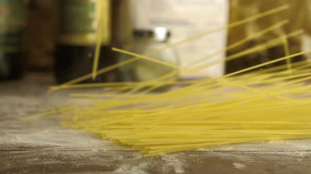 avondmaal : Spaghetti op tafel schieten met high speed camera, phantom flex. Stockvideo