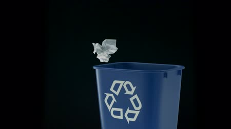 reciclagem : Tossing paper into trash can shooting with high speed camera, phantom flex. Vídeos
