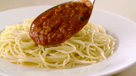 cozinhado : Putting meat sauce on spaghetti shooting with high speed camera, phantom flex. Vídeos