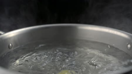 bulaşıklar : Throwing farfalle pasta into boiled water in pot shooting with high speed camera, phantom flex.