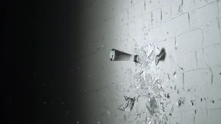 хрупкость : Drinking glasses shattering on the walll shooting with high speed camera, phantom flex.