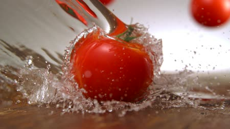 tomaten : Tomaat met water splash fotograferen met hoge snelheid camera. Stockvideo