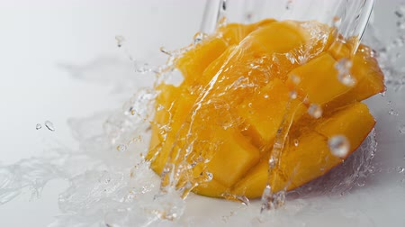salpico : Water splash and mango. Shot with high speed camera, phantom flex 4K. Slow Motion. Vídeos
