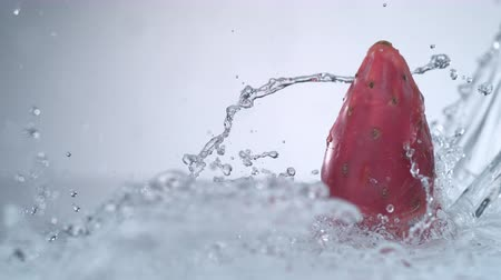spat : Camera volgt water splash en stekelige peren. Shot met high speed camera, phantom flex 4K. Slow Motion.