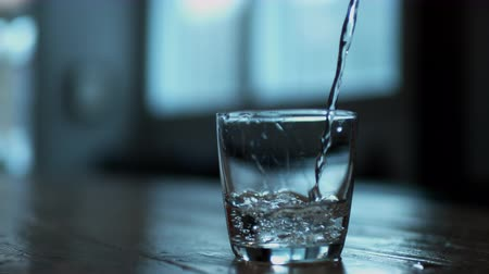 glas : Het gieten van water in glas. Shot met high speed camera, phantom flex 4K. Slow Motion.