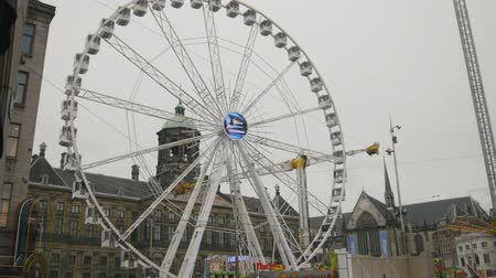 плотина : AMSTERDAM, NETHERLANDS - 16 oct 2016, amusement Park - Ferris wheel on Dam Square - historical center of Holland CAPITAL, telephoto