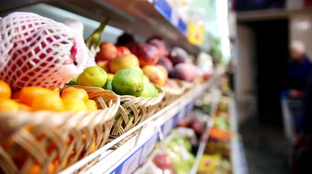groenteman : Supermarkt plank met fruit een groenten in de supermarkt Stockvideo
