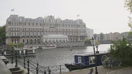 homlokzatok : 18 OCTOBER 2016, AMSTERDAM, THE NETHERLANDS - Famous Amstel hotel on canal Stock mozgókép