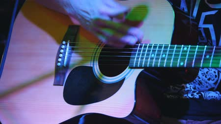 akusztikus : Guitarist is holding acoustic guitar at concert in club
