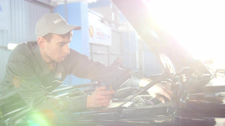 caixa de ferramentas : Mechanic in overalls looking to hood of the car - automobile service repairing