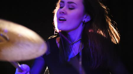 davulcu : A female percussion drummer performing with drums, slow motion Stok Video