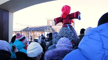 combustão : Sviyagsk, Russia - 26 February 2017: Maslennica - Russian ethnical carnival - The pancake week - the crowd carries the effigy of winter to burn, snow sunny day