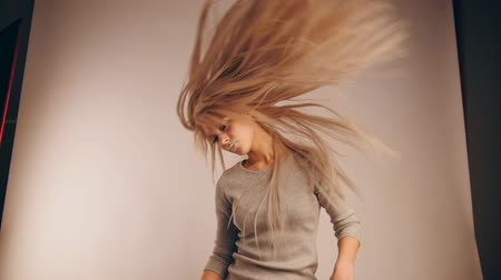 pléd : The girl model with flowing hair in photo studio, slow motion Stock mozgókép