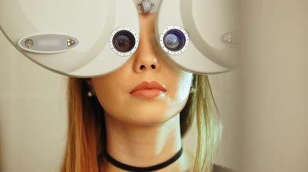 látomás : Blonde female checks eyesight - Ophthalmology clinic, optometrist concept