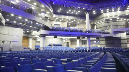 scena : Blue chairs in a concert hall, blurred Wideo
