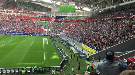 pied en eventail : Kazan, Russie - 18 juin 2017, FIFA Confederations Cup 2017 - Kazan Arena stadium - vague de fans de football