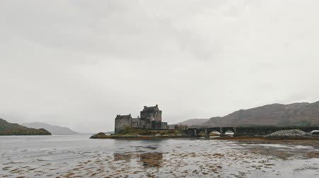 aeródromo : Eilean donan castle at cloudy day - Skye isle, scotland, UK Stock Footage