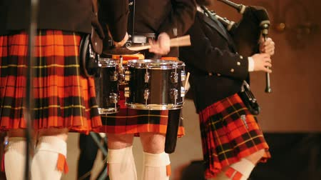 felvidéki : Traditional scottish band musicians singing with bagpipes and drums on the stage Stock mozgókép
