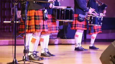 felvidéki : Traditional scottish band musicians singing with bagpipes on the stage Stock mozgókép
