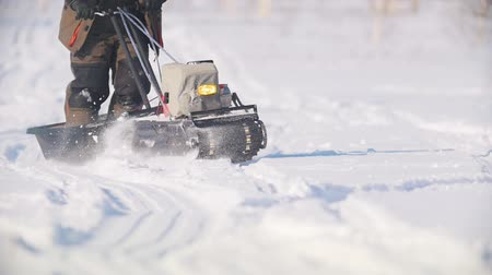 permeability : Mini snowmobile overcoming deep snow