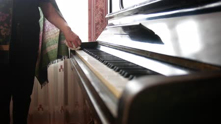 old maid : Hand of old woman at home wipes the dust on piano Stock Footage