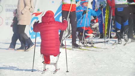 deslizamento : KAZAN, RUSSIA - March, 2018: athlete skiers with disabilities before the start of the ski race Vídeos