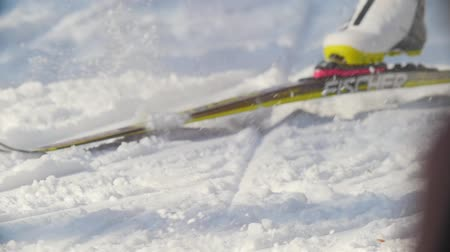 deslizamento : KAZAN, RUSSIA - March, 2018: close-up and slow motion of skis, ski boots and traces of them in the winter ski race