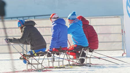 deslizamento : KAZAN, RUSSIA - March, 2018: Paralympic athletes with disabilities participating in the winter ski-marathon Vídeos
