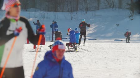 deslizamento : KAZAN, RUSSIA - March, 2018: slow motion of Paralympic athletes with disabilities participating in the winter ski-race Vídeos