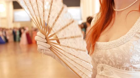 kostüm : Beautiful woman in vintage ball costume woman waving a fan Stok Video