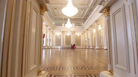 nobreza : KAZAN, RUSSIA - MARCH 30, 2018:, City Hall - luxury ballroom - preparing for historical dance party