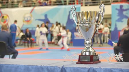 каратэ : Silver cup in front of fighters at the karate tournament