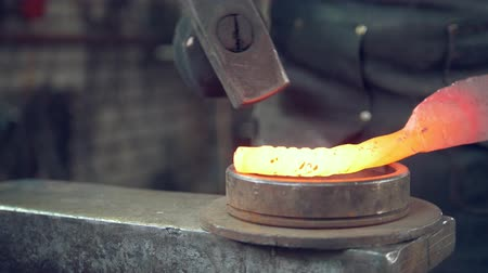 ручная работа : Blacksmith with hammer in forge creating steel knife