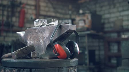 apontador : Forge workshop - hammer, anvil and protect headphones