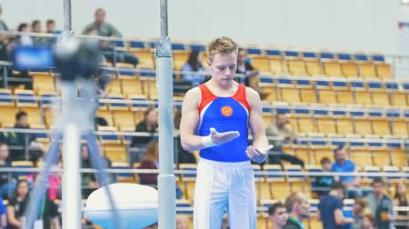 participante : KAZAN, RUSSIA - APRIL 18, 2018: All-Russian gymnastics championship - Muscular male gymnast getting ready on championship Vídeos