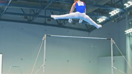 participante : KAZAN, RUSSIA - APRIL 18, 2018: All-Russian gymnastics championship - Young man athlete jumps over the bar
