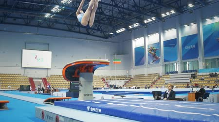 gymnasta : KAZAN, RUSSIA - APRIL 18, 2018: All-Russian gymnastics championship - young woman gymnast competing at the stadium Dostupné videozáznamy