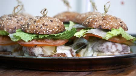 kavrulmak : Fresh burgers on the plate - commercial kitchen Stok Video
