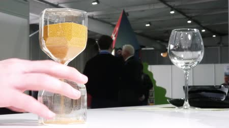 klepsydra : Male hand turns the hourglass during business conference Wideo