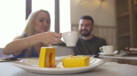 аперитив : Sweet dessert in front of couple sitting in a cafe enjoying coffee and laughing