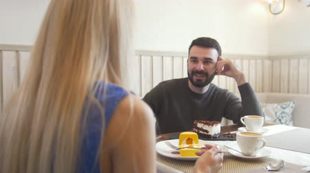 seçenekleri : Young caucasian man in front of woman talking in the cafe and looking each other