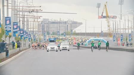 espírito : 20 may 2018, Kazan, Russia - Kazan Marathon - Passing the marathon through the streets of the city - the dog cross through the trace