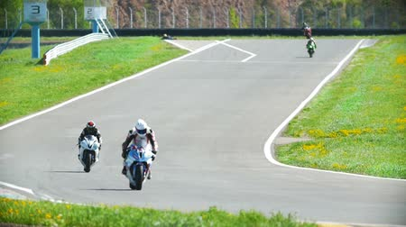 autobike : Motorcyclists out of the turn and go on the track, the race, slow-motion