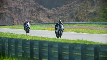 bisikletçi : Motorcyclists on the race track, slow-motion