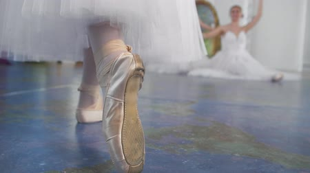 тапки : Female feet dancing in pointe shoes in front of ballerinas performs a dance in a studio