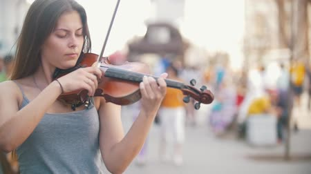 podfuk : Attractive young woman playing a violin at the city pedestrian zone Dostupné videozáznamy