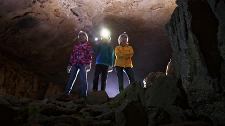 lanterna : Children visiting the minerals in the cave