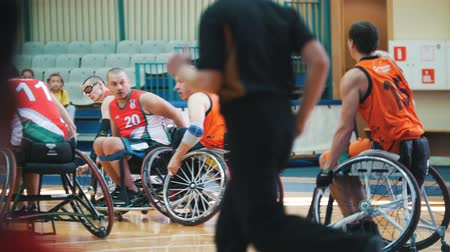 handikap : Kazan, Russia - 21 september 2018 - Disabled player leads a ball during a game of wheelchair basketball in the gym