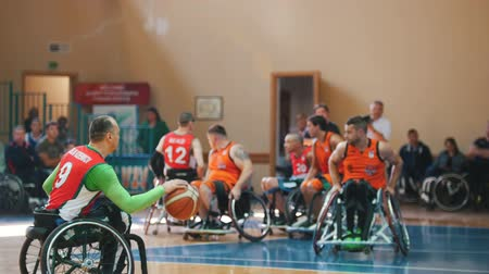 impaired : Kazan, Russia - 21 september 2018 - Disabled player leads the ball and passes to his teammate during a game of wheelchair basketball